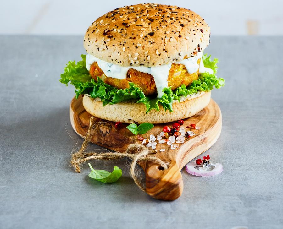 Burger με Mousse Φέτας, Ντομάτα & Κάπαρη