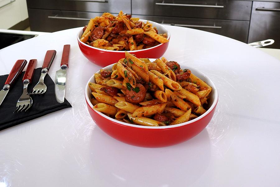 Πέννες Αραμπιάτα με Λουκάνικο και Μαγειρεμένη Σάλτσα Ντομάτας ΒΑΓΓΕΛΗΣ ΔΡΙΣΚΑΣ